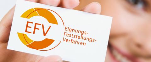 Person hält eine Visitenkarte mit dem EFV-Logo in der Hand