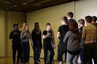 Schülerinnen auf der Bühne